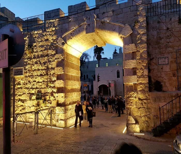 תאורת שערים וחומות
